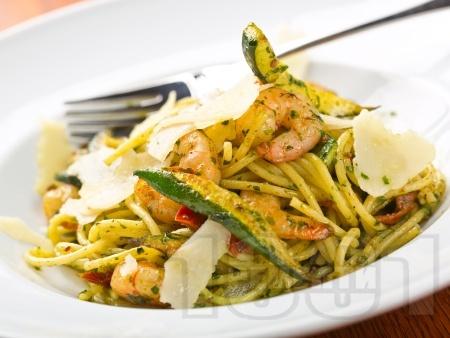 Спагети с босилеково песто, скариди, тиквички и чушки - снимка на рецептата